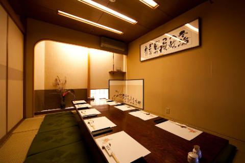 個室は2~25名まで全5室揃っているので、会食や接待にもおすすめ。