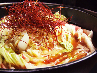 白菜とバラ肉の具の白バラ鍋と具は一緒でスープがトマト風味な「赤バラ鍋」