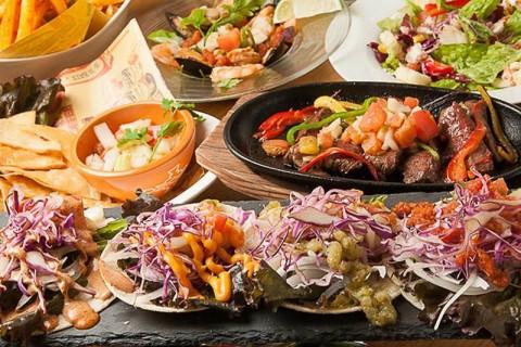 セビチェ(魚介のマリネ)やメキシカンチキンライスなど本場のメキシコ料理が気軽に楽しめる。