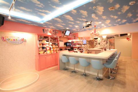 アニメキャラクターのフィギュアやアニメの名場面に囲まれた、ピンクを基調にした可愛いカウンターメインの店内。8名様以上の団体様もご案内可能です。