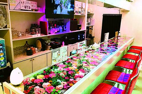 お花が敷き詰められたキュートなカウンター はAKB48のPVをイメージしたもの!