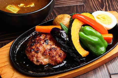 看板メニューのハンバーグ カレーは高品質で知られる厚田産ブランド豚 「望来豚」を使用!