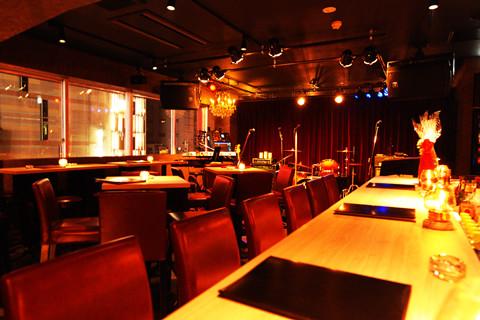 お洒落なカウンター席、迫力満点のステージ前のテーブル席をご用意しております。