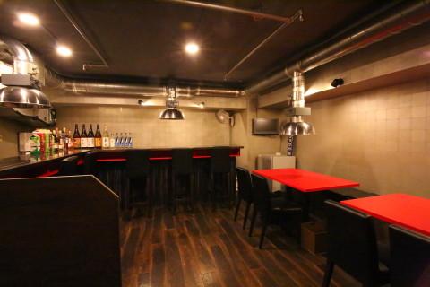 焼き肉店らしい赤と黒のツートン調の内装の店内にはお一人様大歓迎のカウンターが5席、テーブルは2卓を備える。