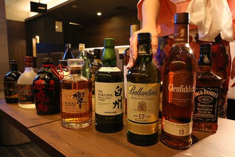 オールタイム4000円という破格の価格でウィスキーや焼酎といったプレミアムボトルを思う存分楽しめる!