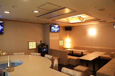 カウンター8席とテーブル2卓で団体予約や貸切にも対応可能です。